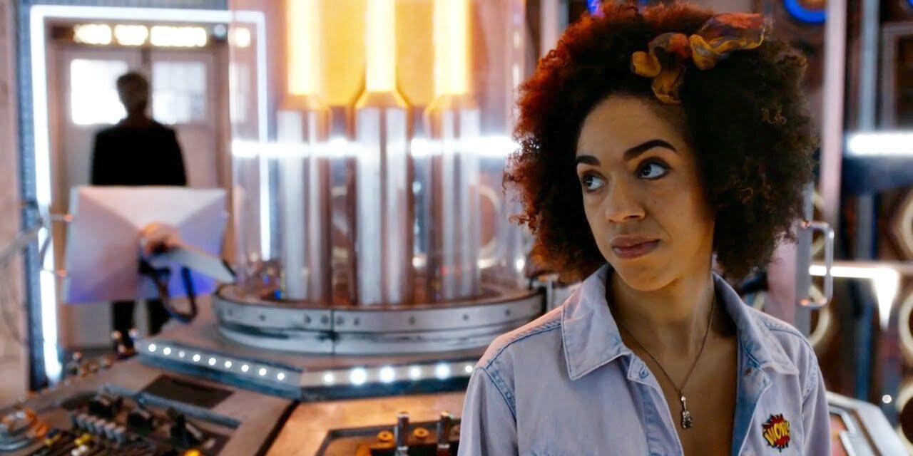 Bill Potts na tle konsoli TARDIS.