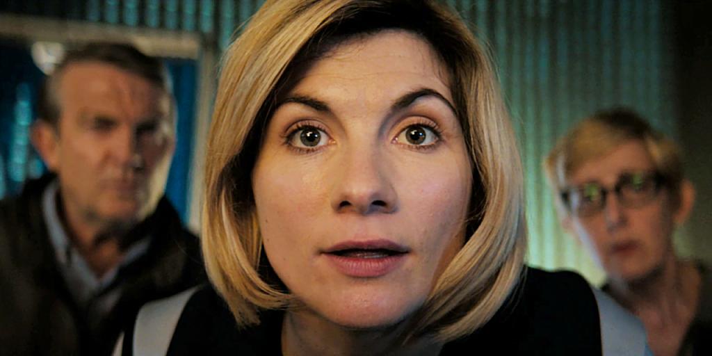 Kadr z odcinka Kerblam: Trzynasta Doktor patrzy prosto w kamerę