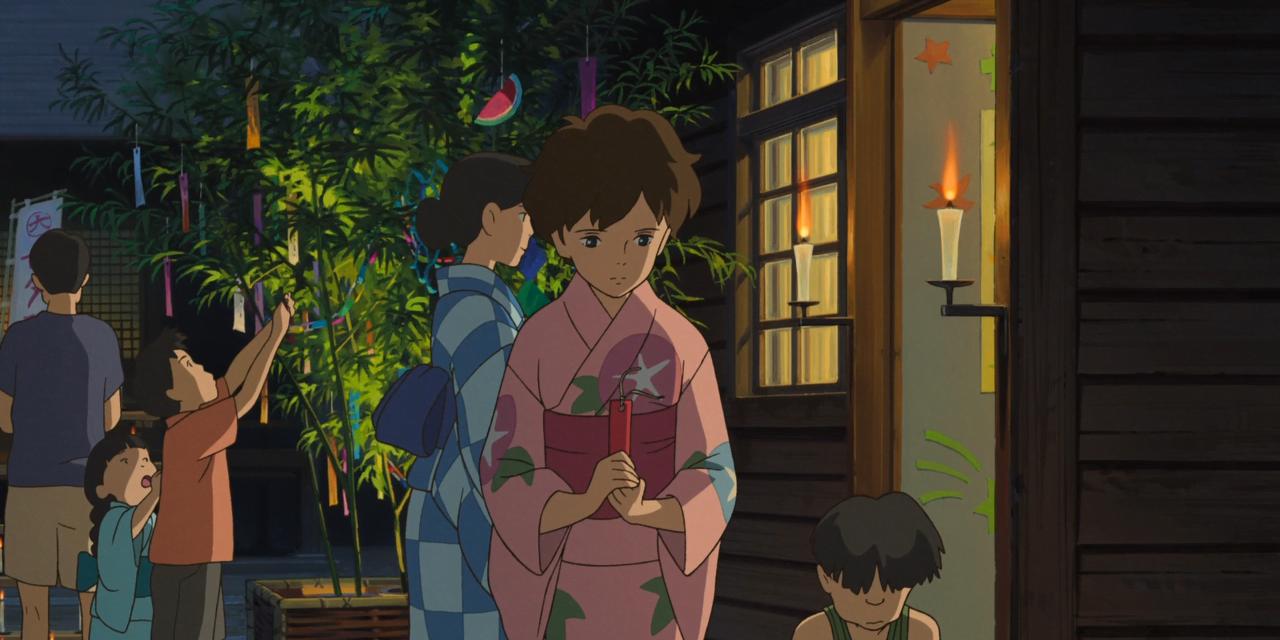 Kadr z animacji. Marnie stoi przed budynkiem, w różowym kimono i trzyma podłużną, czerwoną kartkę ze swoim życzeniem. W tle inne osoby w kimonach i europejskich ubraniach, wieszające swoje życzenia.