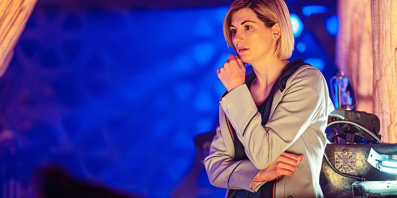 Zamyślona Trzynasta Doktor we wnętrzu TARDIS, Spyfall