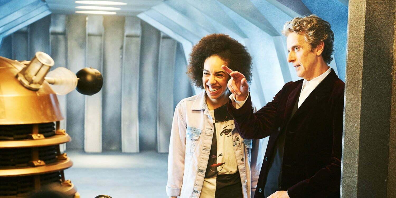Dwunasty Doktor i uśmiechnięta Bill Potts patrzą na Daleka.
