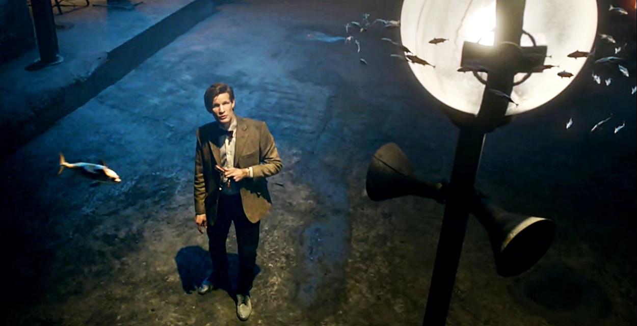 Jedenasty Doktor (Matt Smith) patrzy na ławicę latających ryb w A Christmas Carol