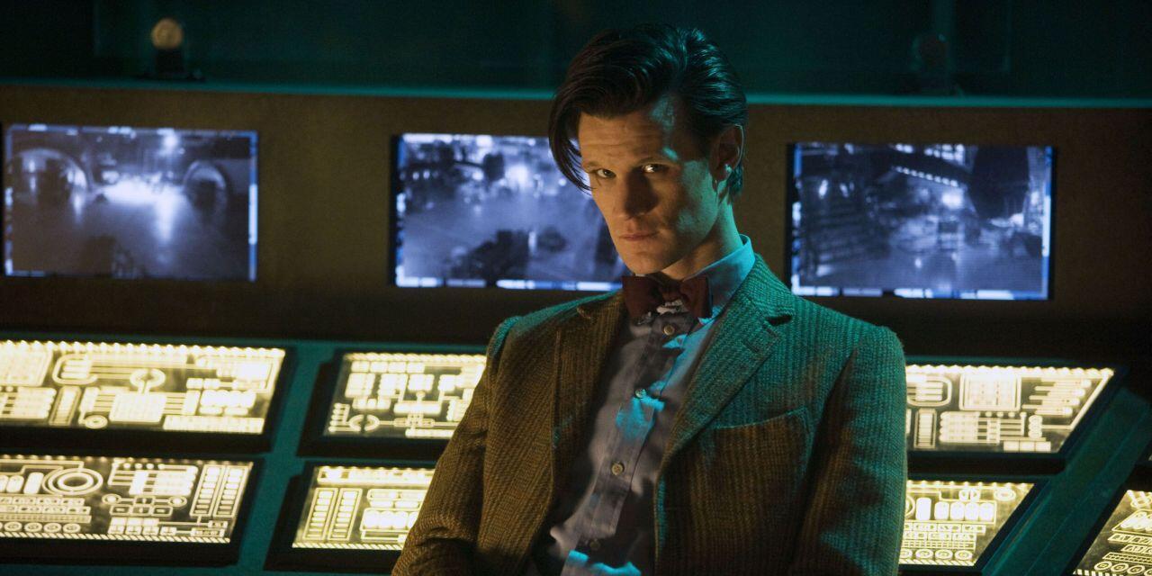 Jedenasty Doktor siedzi odwrócony do kosmicznej konsoli, A Good Man Goes To War.
