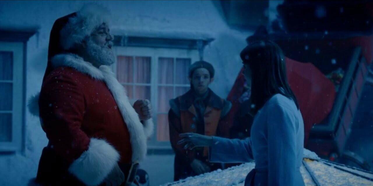 Clara i Mikołaj stoją na dachu, w tle są elfy, Last Christmas