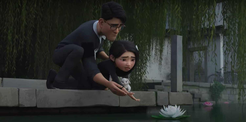 Fei Fei i jej tato spuszczają na rzece kwiat lotosu, Over The Moon.