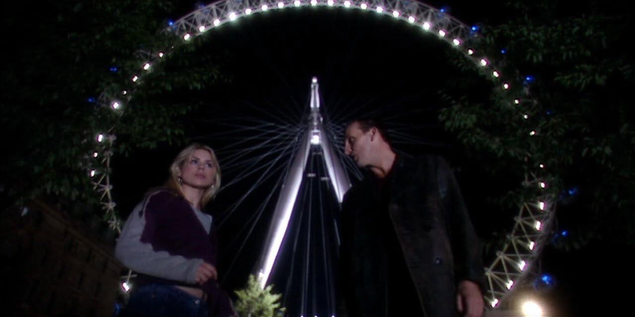 Billie Piper jako Rose Tyler, Christopher Eccleston jako Dziewiąty Doktor, w tle London Eye