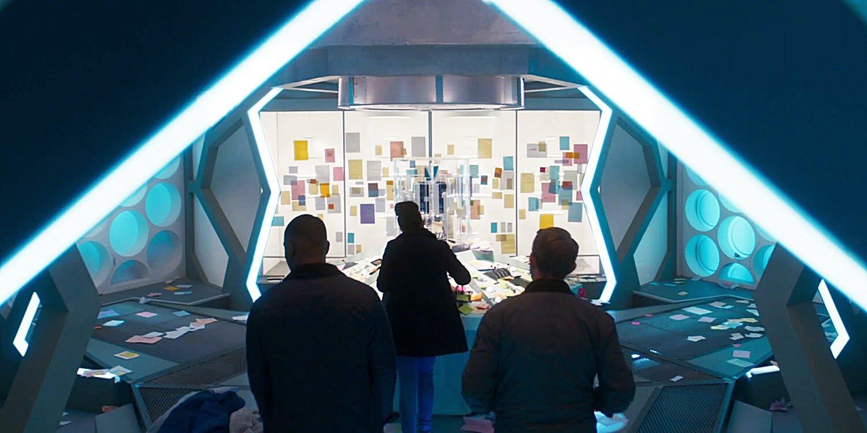 Ryan, Graham i Yaz w nowej starej TARDIS oblepionej Post-itami, Revolution of the Daleks.