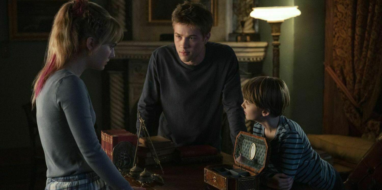 """Kadr z serialu """"Locke & Key"""". Trójka bohaterów: Kinsey, Taylor i Bode, rozmawia o nowo zdobytym kluczu."""